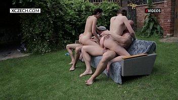 Suruba com amigas safadas no quintal de casa