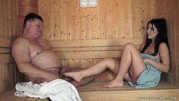 Hermosa nenita adolescente y el maduro de su padre comienzan inocentes juegos que terminan en duras cogidas en el sauna