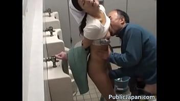【トイレ清掃員、熟女】おばさん!いい乳してんな!おい、ちょっとヤラせろよっ!立ちバックでヒイヒイ言わしてやるぜ!って俺もおじさんか・・・