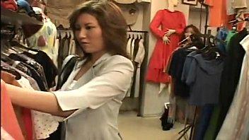 レズビアン巨乳店員が試着室でお客に迫っちゃいます!  の画像