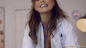 Doctorita In Lenjerie Sexy Fute Un Pacient Care O Vrea Tare