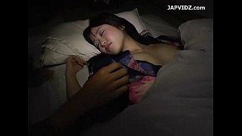 無防備にオッパイ晒して寝てる巨乳娘にイタズラしたったw
