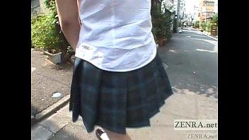 女子校生にビー玉を入れる