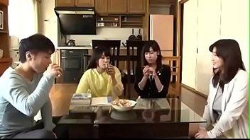 家族愛!家の中で、おちんちん奪い合い!!近親相姦がエロい!|イクイクXVIDEOS日本人無料エロ動画まとめ