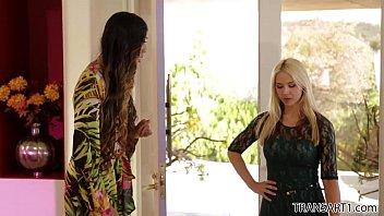 Sarah Vandella dando a buceta pra travesti