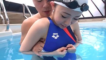 素人 イタズラ 水着 美少女  可愛い女生徒を指導してた変態コーチが水着をずらして手マンからのチンポ生ハメプレイを XVIDEOから削除される前に見てね!!