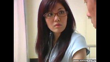 セクシーな眼鏡女教師が谷間を強調して誘惑してくるエロい授業