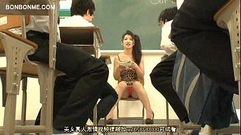 ミニスカ女教師がわざわざ男子達にパンチラして誘惑してるw