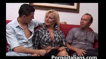 Bionda mamma italiana scopata da due maschioni dai cazzi enormi! Italian amateur