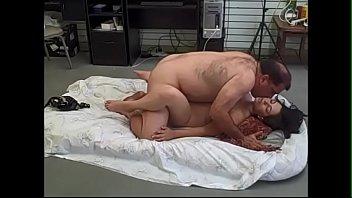 Jovencita gordibuena colombiana cogiendo como puta con un asqueroso gordo maduro y calvo