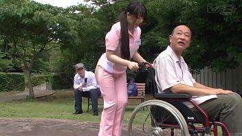 貧ぼっちゃまスタイルの美少女看護師がおじいちゃんとベロチュー
