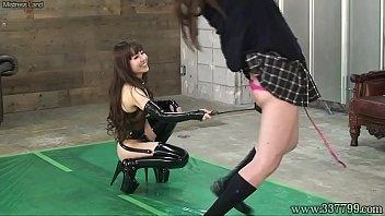 M男に女子校生のコスプレをさせて拘束、全身を凌辱するような拷問責めを与える女王様