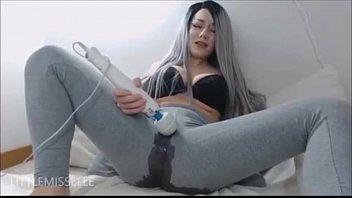 Se masturba por diversión, se corre y tiene orgasmos