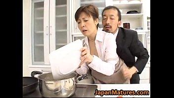 素人 イタズラ 熟女 巨乳  巨乳スタイル抜群な熟女キャスターがエロい事しながら料理する新番組 XVIDEOから削除される前に見てね!!