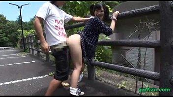 ロリを演出するツインテールの娘が野外で立ちバックでヨガる