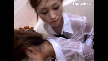 バスタブの中で制服女子学生が着衣のままレズプレイ!