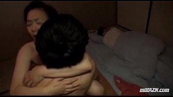 夫が寝ているすぐ隣で巨乳熟女寝取る夜這い不倫セックス。激しいピストンに声を押し殺す。