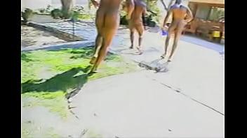 金髪の女の子が3人の黒人男にくし刺しにされます