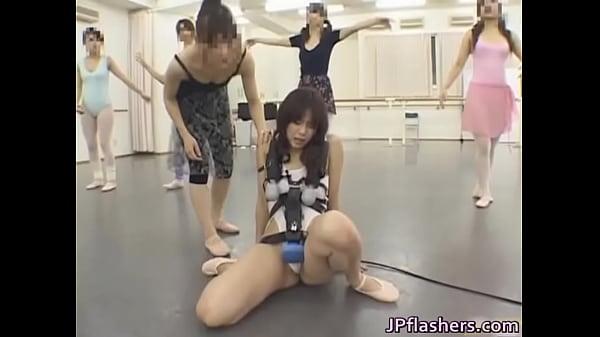 肉便器調教…電マを付けた状態でバレエ教室に参加女優名不明