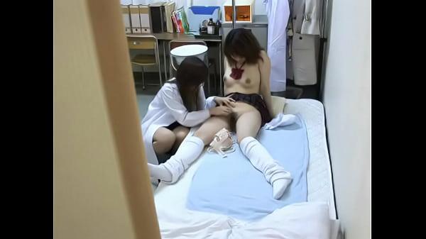 美人な保健の先生と制服女子校生がベロチューしてレズプレイ