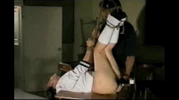 四肢を縄で吊るされ緊縛された女子校生が極太バイブをねじ込まれ激しい調教責めに喘ぎ狂う