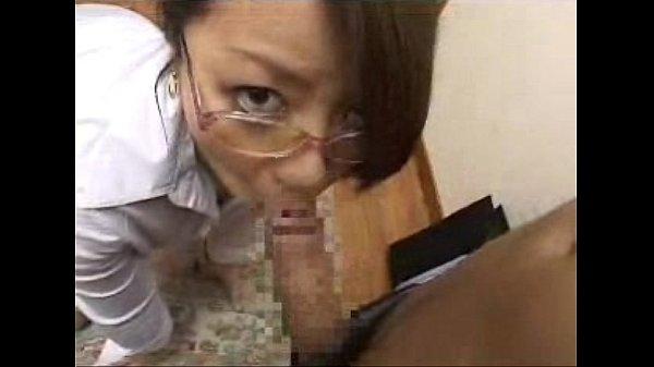 【人妻熟女】メガネ熟母親のエロ目線のフェラ