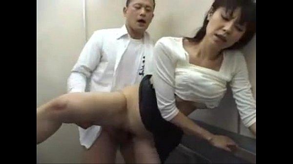 堀口奈津美が会社帰りにエレベーター内でレイプされ大量に顔射される