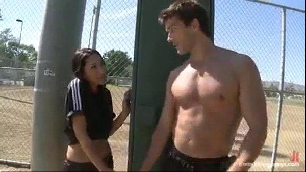 Imagen video Una joven porrista es obligada a follar con el equipo de futbol en los vestidores