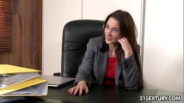 Imagen video La van a subir de puesto si se deja follar por su jefe