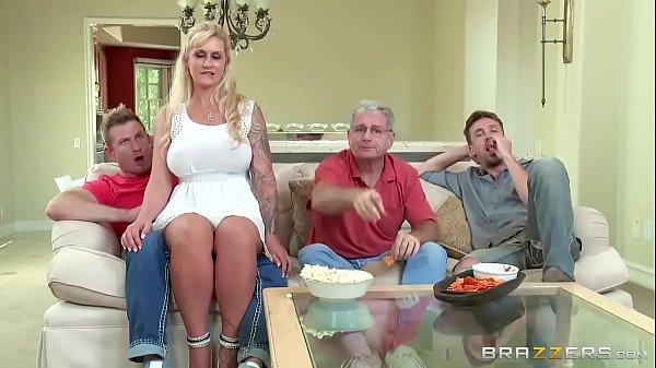 Tia peituda fazendo sexo com sobrinho na frente da familia