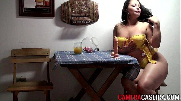 Tetona brasileña se esta masturbando rico cuando esta de caliente en la casa