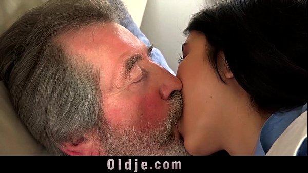 Phim sex ông nội đụ cháu gái kinh vãi lồn, già mà sức trâu