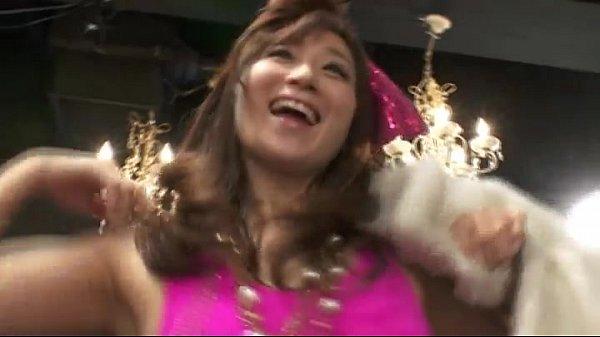 【巨にゅうナンパ動画】温泉街でナンパされた巨乳おっぱいOLが100万円を懸けてタオル一枚でツイスター