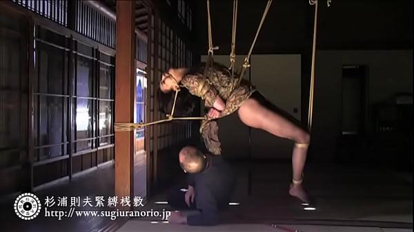 荒縄で全身ぐるぐる巻きの緊縛拘束で天井から吊るされるドMな美熟女艶堂し…