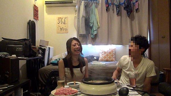 個人撮影 久しぶりにあったカップルが自宅でハメ撮り。正常位でねっとりハメた後はご飯を食べて……