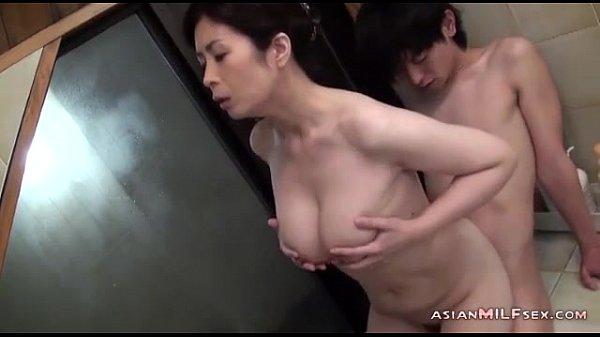 【人妻・主婦の潮ふき・オナニー動画】狭いBUSルームで美巨乳おっぱいなヒトヅマ人妻が若い男と密着SEXを楽しむ