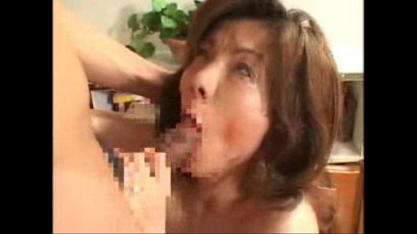 エロい体した完熟熟女が若い肉棒をねっとり上目遣いフェラ