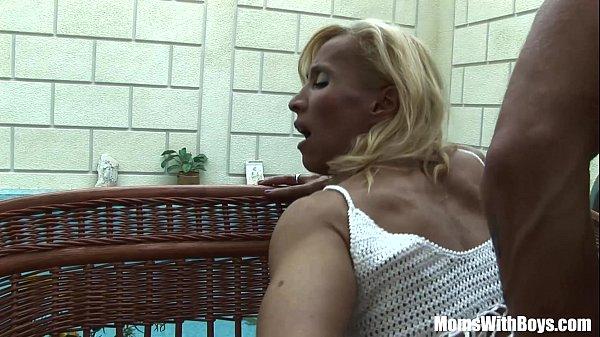 Madura puta empina el culo cuando su amigo le mete una muy dura cogida
