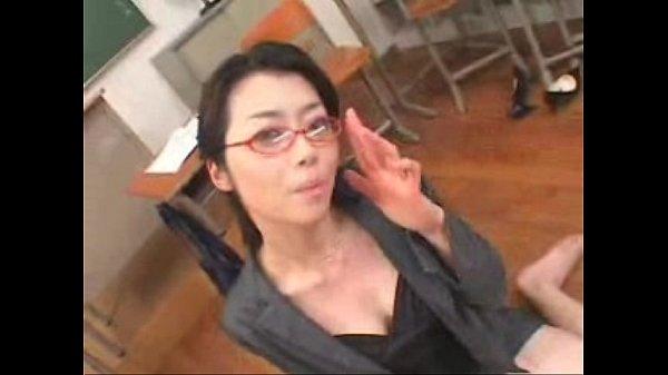 メガネを掛けたとんでもないお局熟女が男子生徒を誘惑して顔射させる