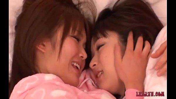 前田陽菜 篠めぐみ お互いの未発達な身体を愛撫し合い初めてのレズビアンSEXに挑戦する美10代小娘たち…