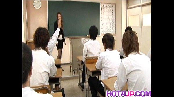 教室で女教師が童貞生徒達の前で全裸になり性教育する広田さくらの無料セックス動画!