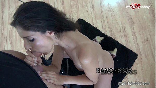 Bruneta se masturbeaza si apoi este fututa de cameraman