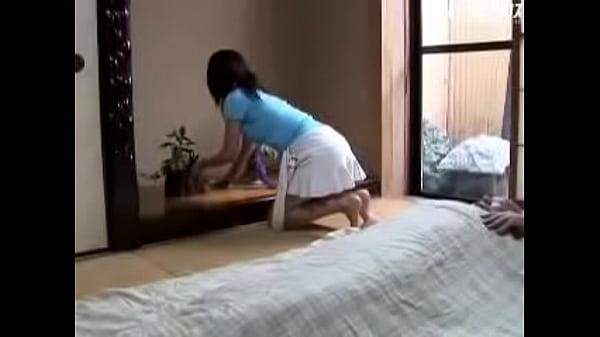 【人妻】艶堂しほり出演のパンチラ動画。息子の嫁のパンチラで興奮した寝たきりジジイがエロ暴走w艶堂しほり