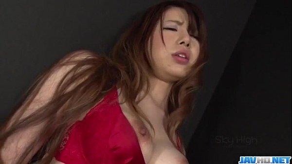 セクシー下着姿の美女が手マンされ大量の潮吹きする!