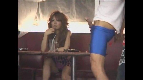 何とダーツを楽しんでるキャバ嬢グループの隣でチン出しする変態男が!