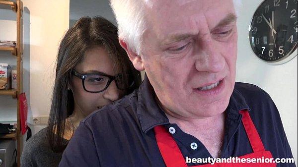 Novinha atiçando o velho a meter gostoso HD