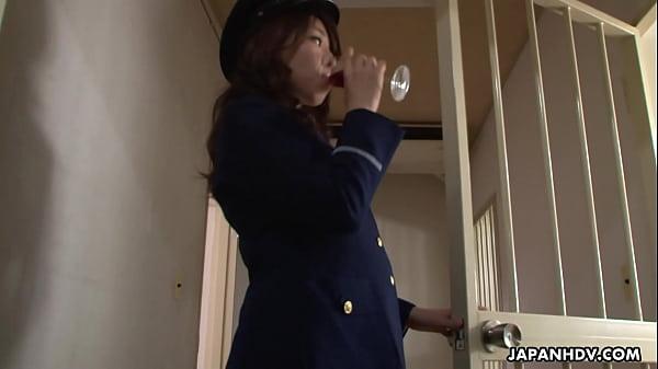 【無修正】女子刑務所で教官を誘惑してトイレで禁断のクンニ&聖水プレイの無料エロ動画