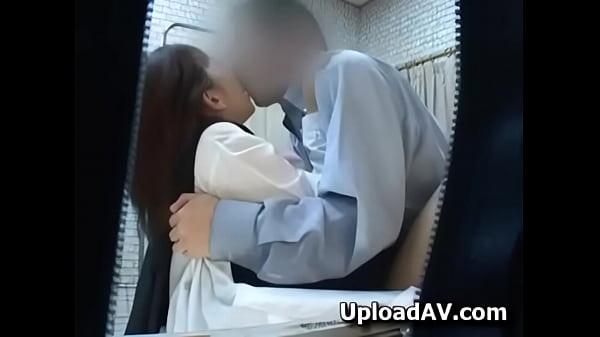 診察しに来たセイフク10代小娘がヘンタイ医師にハメられるSEXの様子をこっそり隠し撮りに成功☆