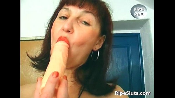 Slutty mature brunette fuck her wet...