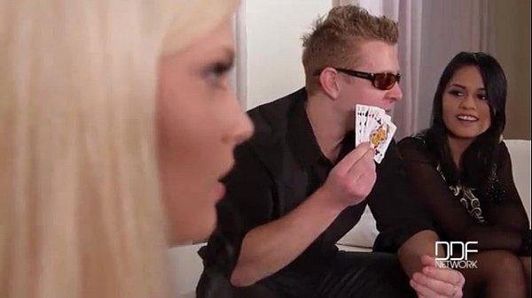 Ragazzine perdono partita a poker e per peni...